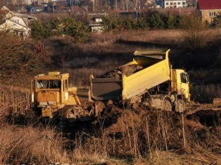Вінницьку землю з будмайданчика на території колишнього  м'ясокомбінату  вивозять на приватну ділянку за містом